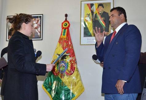 La ministra de Medio Ambiente y Agua, Alexandra Moreira, posesiona a Rolf Kohler. Foto: ABI