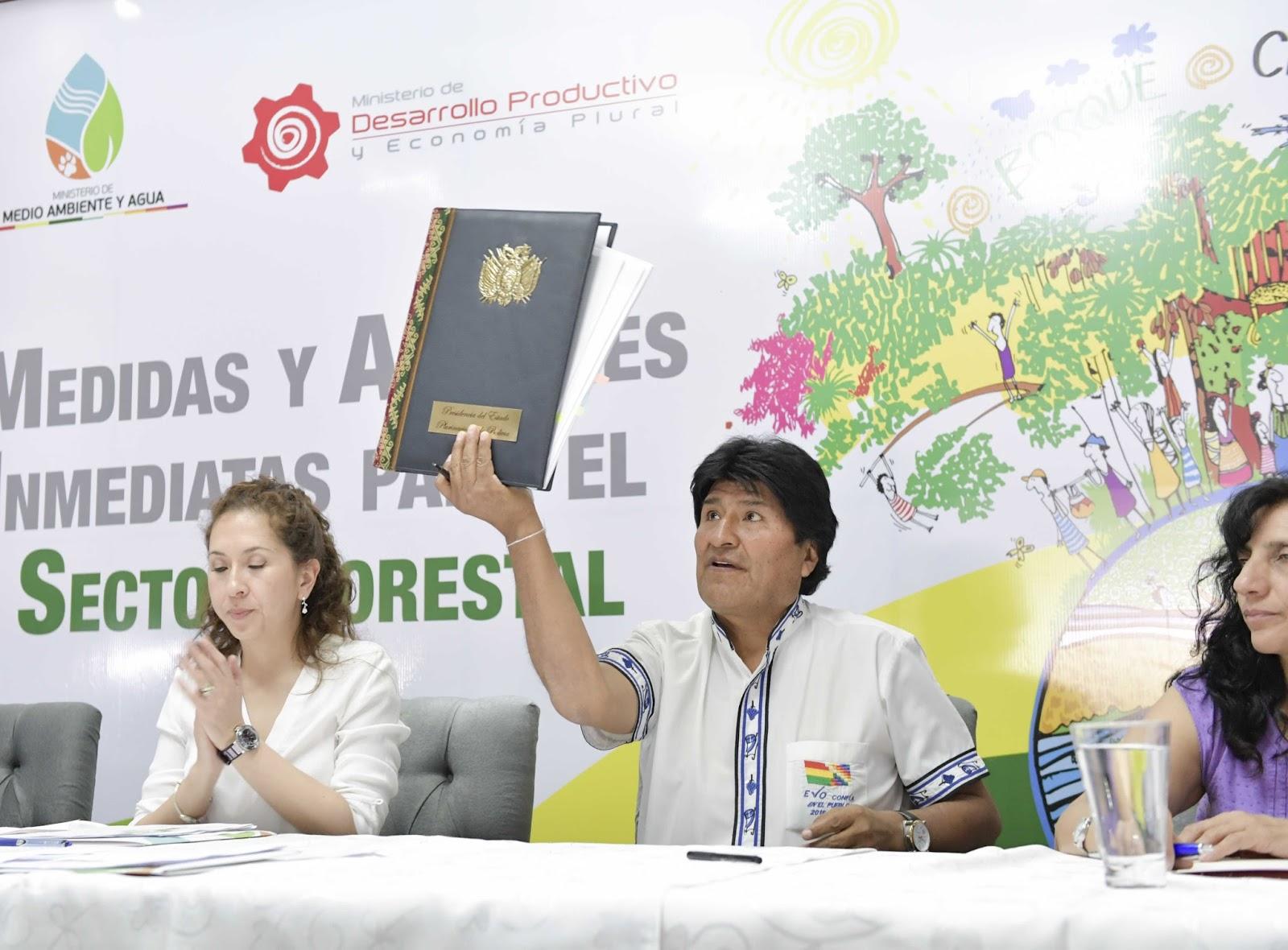 El presidente Evo Morales ha presentado cinco decretos que favorecen al sector forestal. Destaca del paquete de ayuda la constitución de un fideicomiso. Foto:noticiasdesdebolivia.blogspot.com