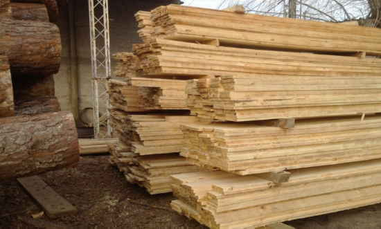 Policía forestal decomisa 3.000 pies tablares de madera roble en Cochabamba