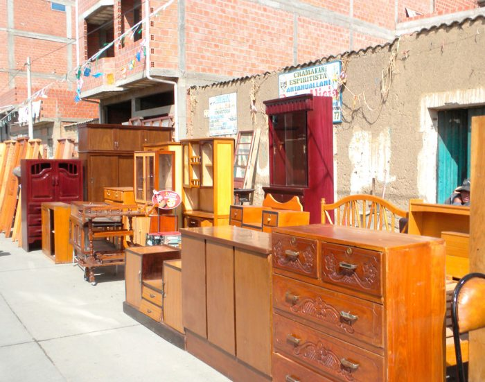 El contrabando provoca que en el país haya escasez de buena madera para la elaboración de muebles nacionales, la invasión de productos chinos también afecta al rubro de la carpintería, con precios bajos, pero de mala calidad.