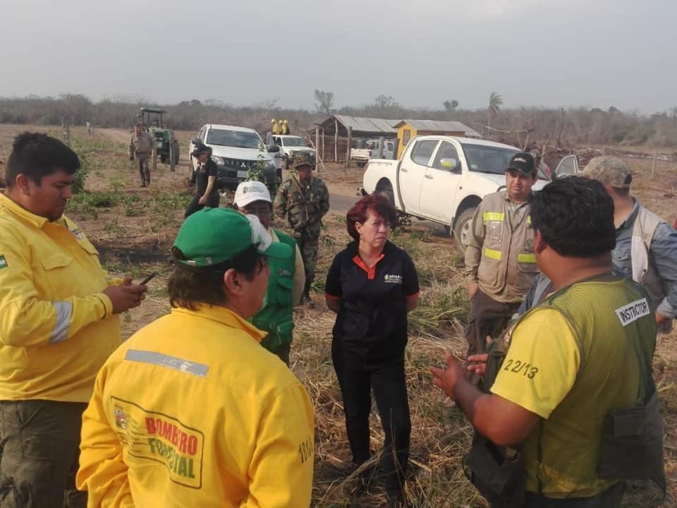 Director, Jefe de Protección y Guardaparques combatiendo el fuego en el Área Protegida Kaa-Iya