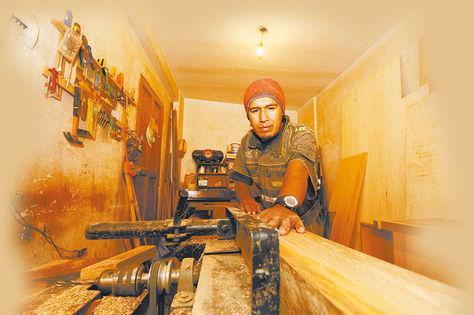 Transformación. Producción de muebles en un taller de La Paz. Foto: Víctor Gutierrez - archivo