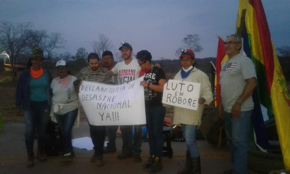 Exigen declaratoria de desastre nacional por incendios. Bloqueo contra desmonte de tierras forestales en Roboré. Foto: paginasiete.bo